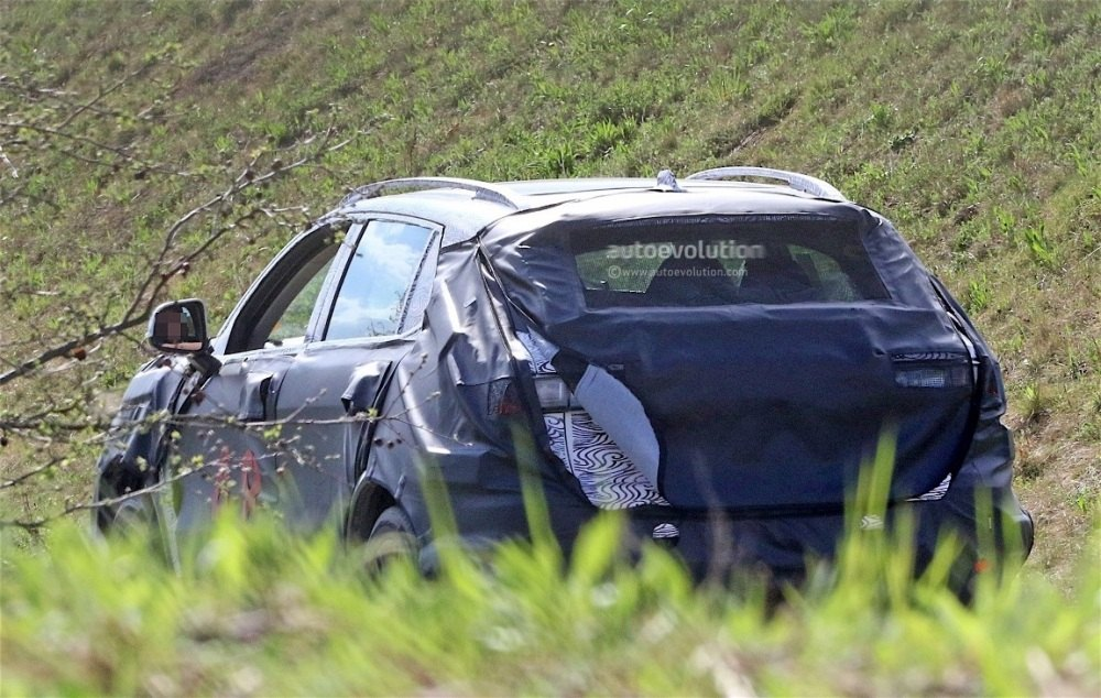 fiat-chrysler-automobiles-is-testing-a-new-suv-spyshots-reveal_2