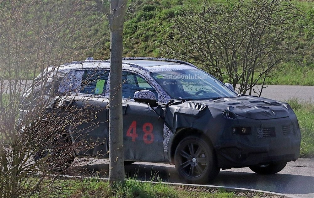 fiat-chrysler-automobiles-is-testing-a-new-suv-spyshots-reveal_3