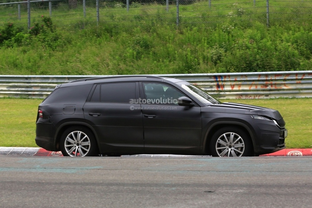 2017-skoda-kodiaq-spied-looks-out-of-place-lapping-the-nurburgring_6