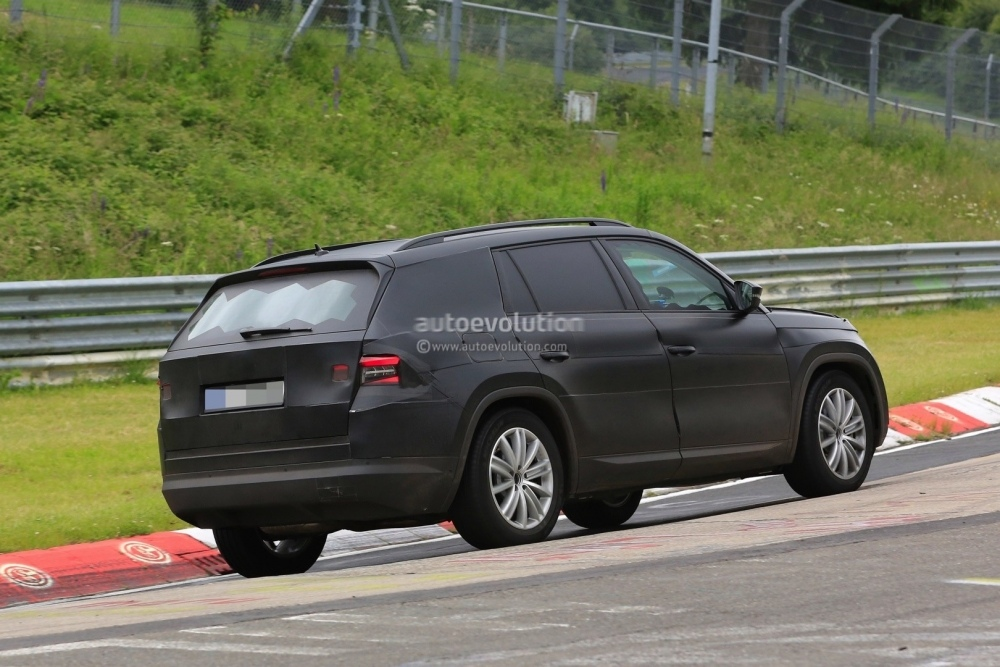 2017-skoda-kodiaq-spied-looks-out-of-place-lapping-the-nurburgring_8