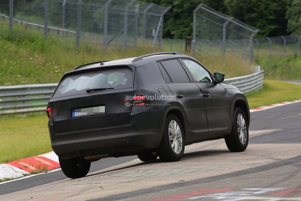 2017-skoda-kodiaq-spied-looks-out-of-place-lapping-the-nurburgring_9