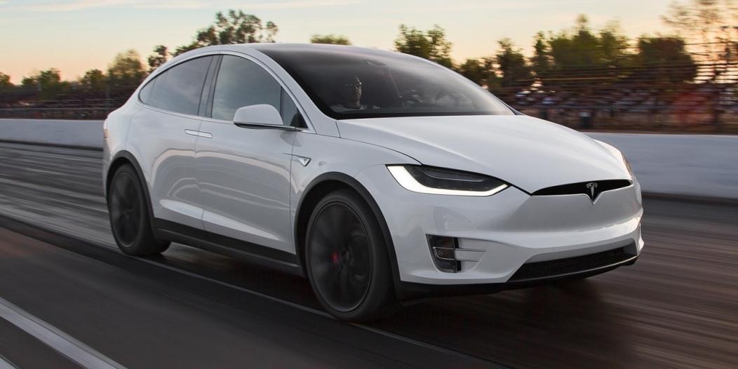 2016-Tesla-Model-X-P90D-front-three-quarter-in-motion-e1459357719515