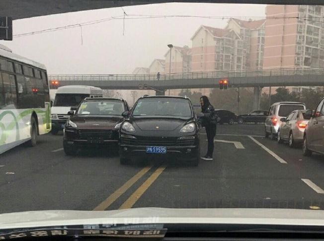 بورش ماكان صينية مقلّدة تصطدم بكايين حقيقية في حادث مثير للسخرية