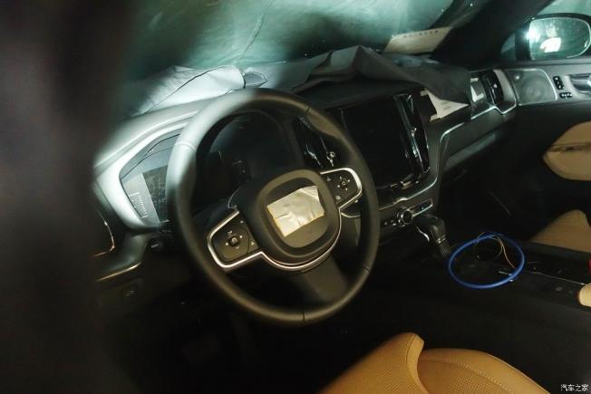 التقاط أول صور تجسسية لداخلية فولفو XC60 الجديدة كلياً