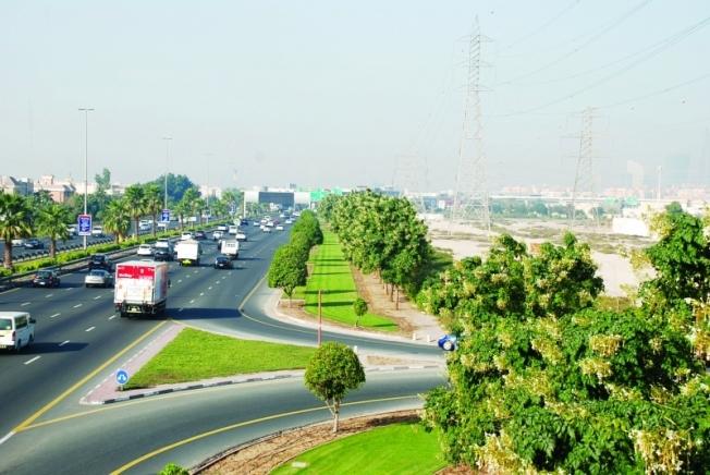 دبي تعاقب مفحطين بجعلهم ينظفون الطرق العامة!