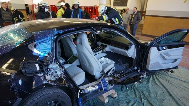 فريق إنقاذ الحرائق في المانيا ينجح في تفكيك بورش باناميرا الجديدة كلياً