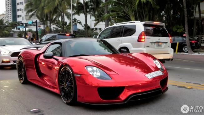 بورش 918 سبايدر سعودية بالكروم الأحمر تجذب أنظار مدينة ميامي