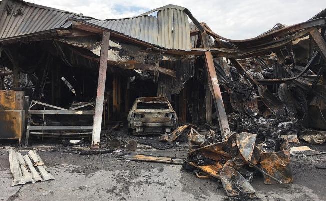 30 سيارة تتدمر بالكامل بسبب حريق ضخم لوكيل شيفروليه في الولايات المتحدة الامريكية