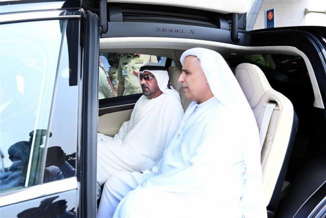 دبي تُعلن عن إستخدام سيارات تيسلا ذاتية القيادة لخدمات الأجرة