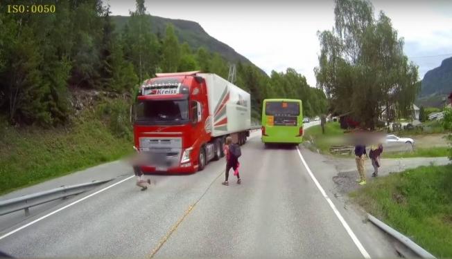 شاهد نظام فرامل الطوارئ لشاحنات فولفو في أرض الواقع
