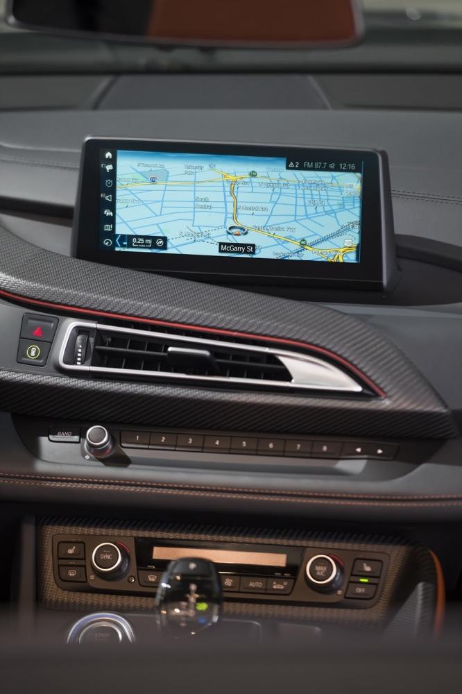 بي ام دبليو تزيح الستار عن i8 رودستر الجديدة وتحديثات i8 كوبيه 2019-BMW-i8-Roadster-Coupe-10-666x1000
