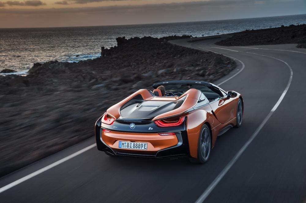 بي ام دبليو تزيح الستار عن i8 رودستر الجديدة وتحديثات i8 كوبيه 2019-BMW-i8-Roadster-Coupe-66-1000x666