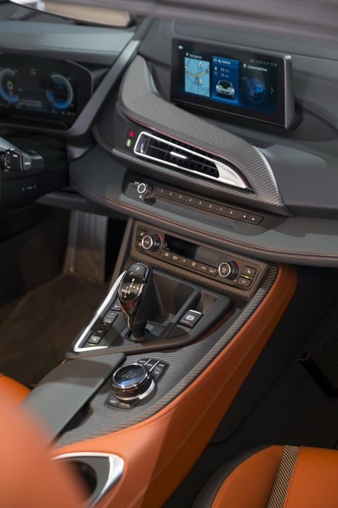 بي ام دبليو تزيح الستار عن i8 رودستر الجديدة وتحديثات i8 كوبيه 2019-BMW-i8-Roadster-Coupe-7-666x1000