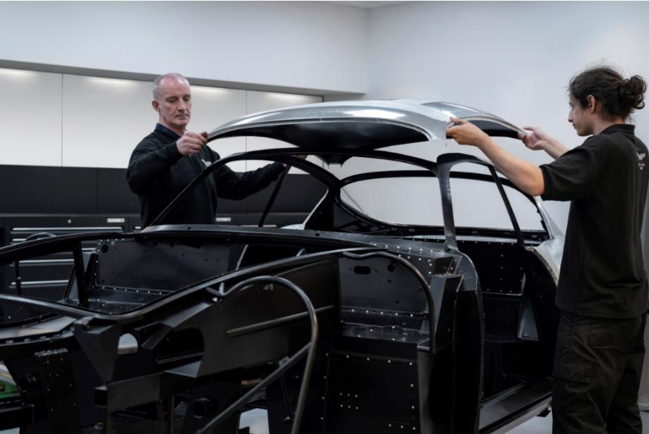 أستون مارتن تواصل العمل لتطوير سيارتها الأسطوريّة db4 gt زاجاتو 3-6.png