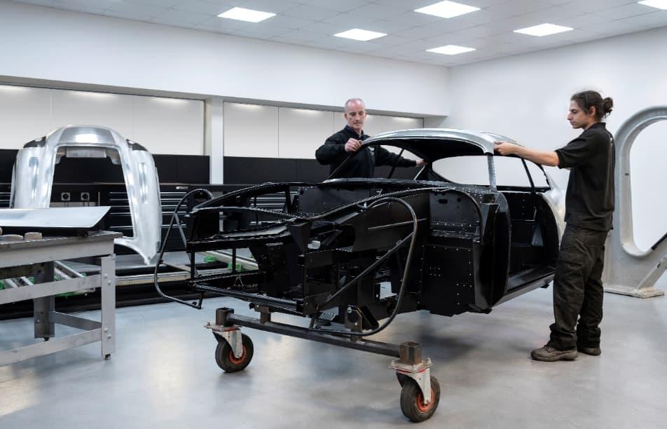 أستون مارتن تواصل العمل لتطوير سيارتها الأسطوريّة db4 gt زاجاتو 88.jpg