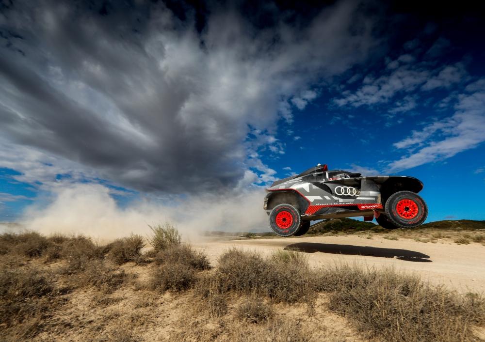 تستعد أودي للمشاركة في سباقات الرالي من خلال سيارتها RS Q E-tone وقد أنهت اختبارات من 8 متواصلة للسيارة.