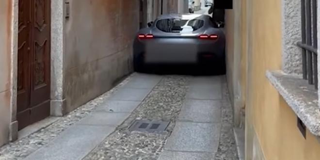 صورة اقحم سائق فيراري روما سيارته في جادة ضيقة في مكان ما في إيطاليا، علقت السيارة ويبدو أنها تعرضت لضرر.