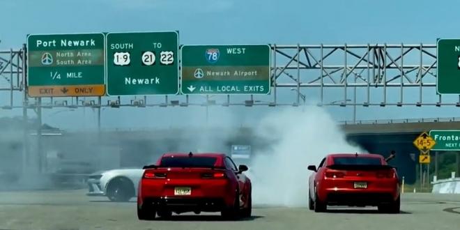 صورت الكاميرا مجموعة من مالكي سيارات شيفرولية اثناء استعراض كامارو مخالف للقانون في الولايات المتحدة.