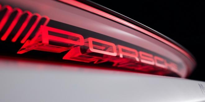 بصورة تشويقية واحدة فقط، أعلنت بورش عن استعدادها لتدشين سيارة رياضية مستمدة من عالم السباقات والمحركات.
